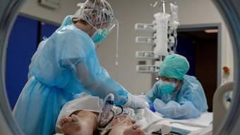 Ein Corona-Patient wird im Iris Sud Spital in Brüssel behandelt.