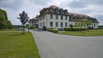 Seit dem Auszug der Psychiatrischen Klinik aus den Gebäuden der Klosterinsel Rheinau im Jahr 2000 steht ein wesentlicher Teil der Räumlichkeiten leer.