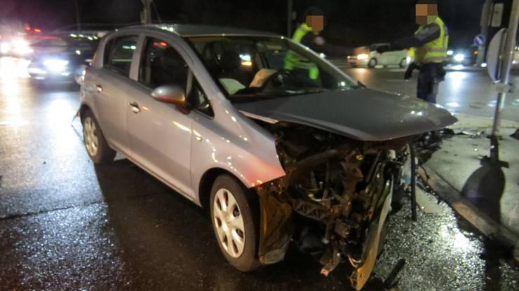 Die 38-jährige Schweizerin fuhr, ohne sich um den Schaden zu kümmern, weg. In der Folge verursachte dieselbe Lenkerin eine Frontalkollision mit einem korrekt fahrenden Auto.