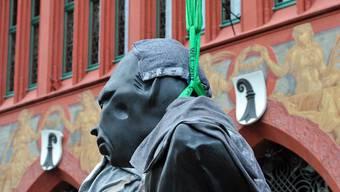 «United Enemies» von Thomas Schütte verziert das Basler Rathaus
