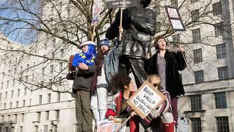 Die Demonstranten forderten von Premierministerin May, ihre Einladung an US-Präsident Trump zu einem Staatsbesuch zurückzuziehen.