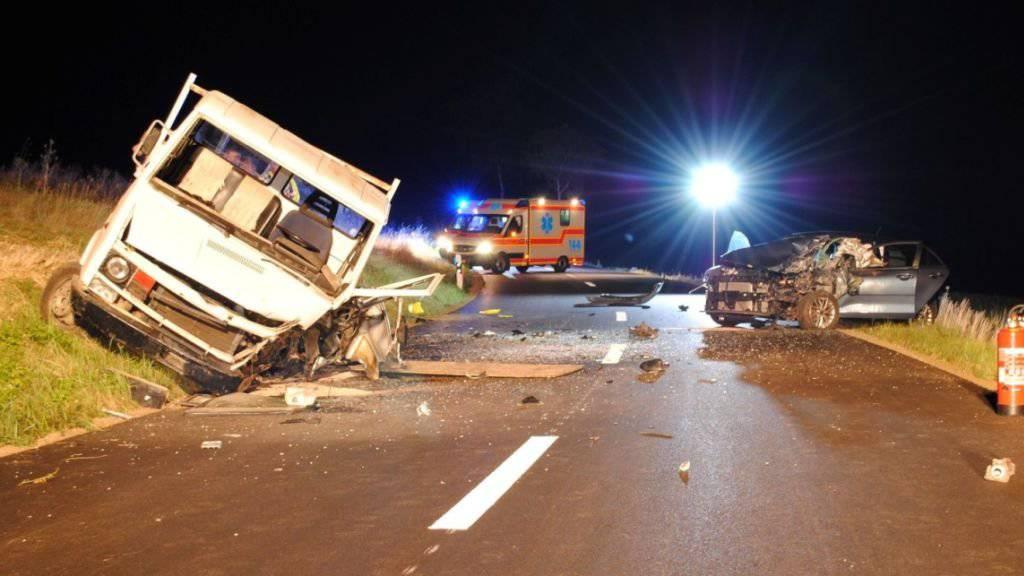 Drei Personen wurden bei dem Unfall in Osterfingen SH verletzt. Sie wurden per Helikopter und Ambulanz in Spitäler gebracht.