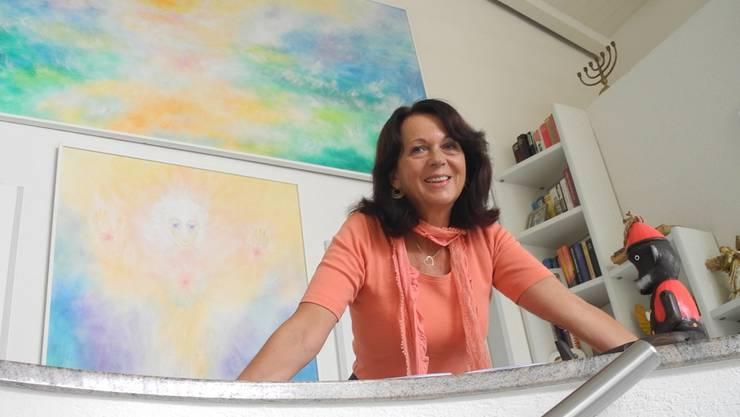 Das kleine Holzäffchen Kikibu hat Autorin Mirjam Wyser von einem ihrer drei Söhne geschenkt bekommen. flo