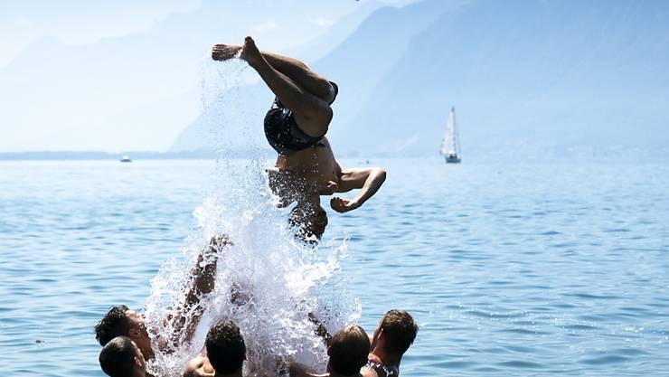 Bleibt auch in den nächsten Tagen angesagt: Abkühlung im See, hier im Genfersee in Vevey.