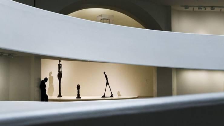 Wunderschön: Skulpturen von Alberto Giacometti in der Rotunde des Guggenheim-Museums in New York. Mit der gegenwärtigen Ausstellung kehrt der Bündner gleichsam zu seinen Anfängen zurück: Das Guggenheim war 1955 das erste Museum, das seine Werke ausstellte.