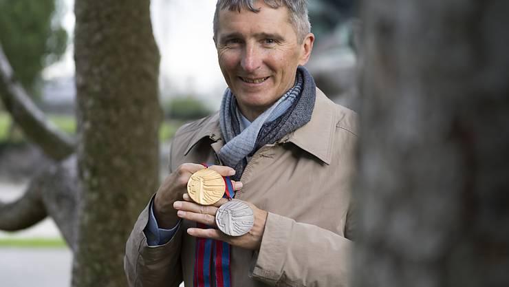 Hippolyt Kempf mit der Gold- und Silbermedaille, die er vor 30 Jahren in Calgary gewann