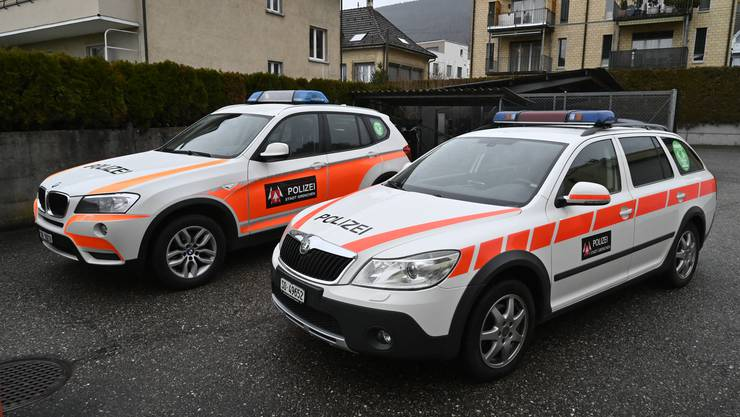 Die beiden in die Jahre gekommenen Einsatzfahrzeuge der Stadtpolizei: Vorne der Skoda, hinten der BMW
