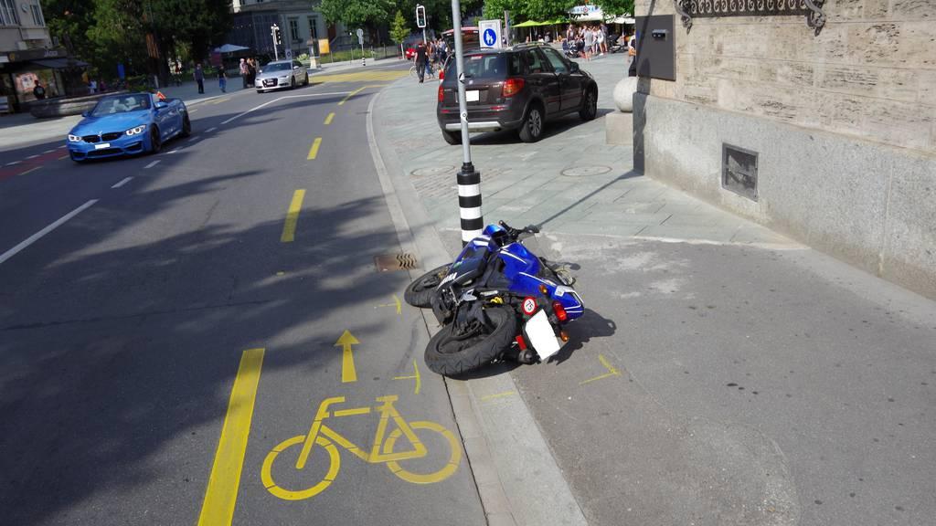 Der junge Motorradfahrer prallte beim Vorbeifahren in eine Autotüre