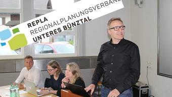 Arsène Perroud, rechts, präsentiert an der Abgeordnetenversammlung das neue Logo des Regionalplanungsverbands Unteres Bünztal.