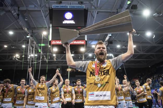 Daniel Johnsson jubelt mit dem Meisterpokal.