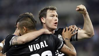 Lichtsteiner (rechts) traf für die Juve zum 4:1-Schlussresultat