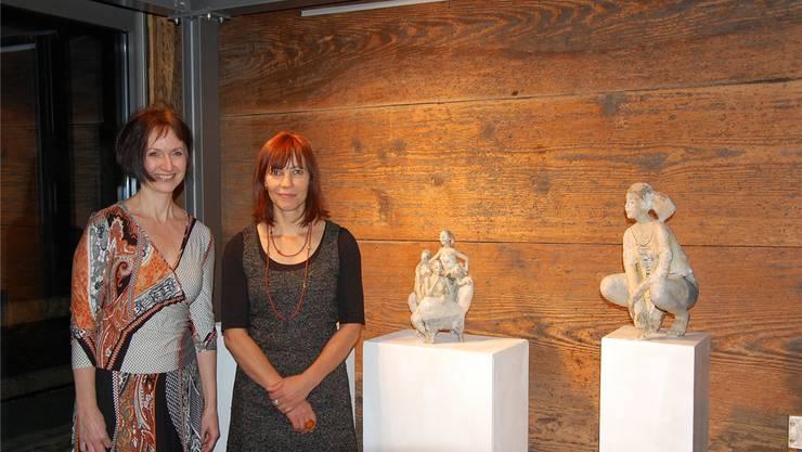 Edit Horvat (links) zeigt im NäijereHuus Hersiwil ihre Malerei und Doris Althaus ihre Keramikfiguren.