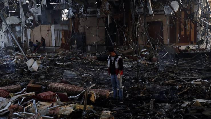 Ein Mann in der total zerstörten Halle, in welcher die Trauerfeier stattgefunden hatte.
