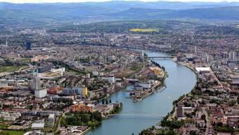 Die trinationale Region Basel ist hoch verflochten. Die gelborangen Häuser im Vordergrund sind das Weiler Rheincenter, die Dreiländerbrücke führt von dort nach Huningue, rechts von der Dreirosenbrücke sieht man den Novartis Campus. (Symbolbild)