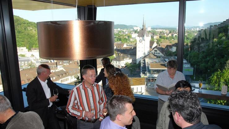 Geladene Gäste bei Smalltalk, Genuss der Aussicht weit über den Stadtturm hinweg, und Studium der Weinkarte.