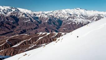 Nach einem Picknick mit Datteln, Frischkäse und Fladenbrot auf dem Berg Shah Karam folgt eine atemberaubende Abfahrt ins Tal von Taleghan.