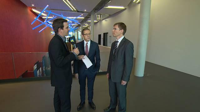 Hightech-Zentrum und Atom-Endlager, wie passt das zusammen? «Tele M1»-Redaktor in Brugg im Gespräch mit Regierungsrat Urs Hofmann (Mitte) und PSI-Direktor Joël Mesot (rechts).