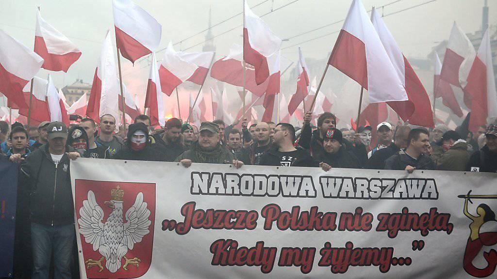 «Noch ist Polen nicht verloren, solange wir leben...» - mit den ersten Zeilen der Nationalhymne feiern Menschen in Warschau die Unabhängigkeit und staatliche Wiederauferstehung am 11. November 1918 aus den Fängen von Russland, Preussen und Österreich-Ungarn.