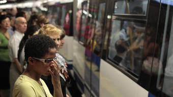 Menschen in der U-Bahn in Madrid (Archiv)