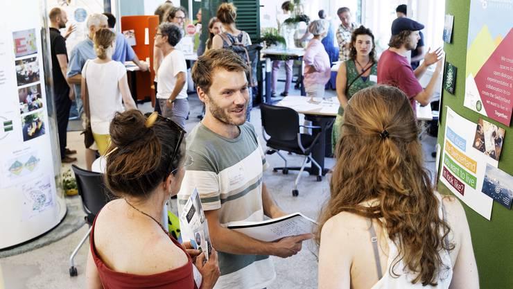 Projektleitende und Gäste im Gespräch