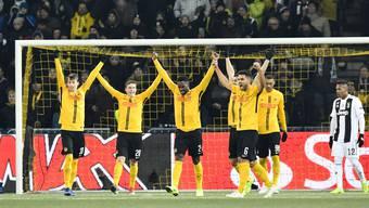 Die Young Boys jubeln nach ihrem 2:1-Sieg gegen Juventus Turin.