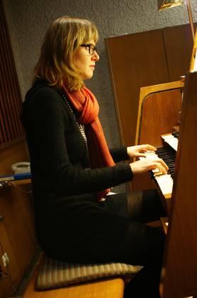 Lina Schwob an der Orgel von Späth