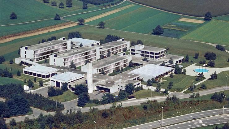 Als der Segelhof sonst noch unbebaut war und noch keine Wasserkugel den Brunnen krönte: das Forschungszentrum kurz nach der Eröffnung 1973.