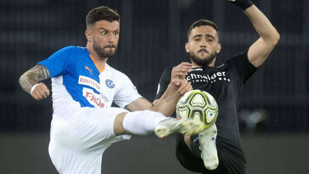 Grasshopper Marco Djuricin und Thuns Miguel Rodrigues im Kampf um den Ball