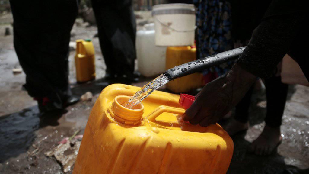 Eine Frau füllt in einem Aussenquartier von Jemens Hauptstadt Sanaa einen Kanister mit Wasser. Die Infektionskrankheit Cholera wird insbesondere durch verunreinigtes Wasser übertragen. (Archiv)