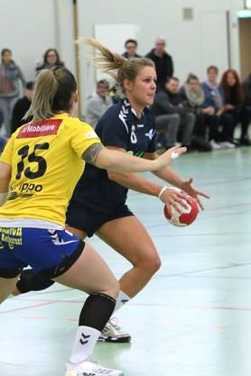 Denise Schwaiger am Ball für die HSG Leimental.
