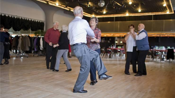 Ob Rentner auch noch in Zukunft sorglos feiern können, hängt mitunter davon ab, ob das Parlament einen Kompromiss bei der Rentenreform findet. Gaetan Bally/Keystone