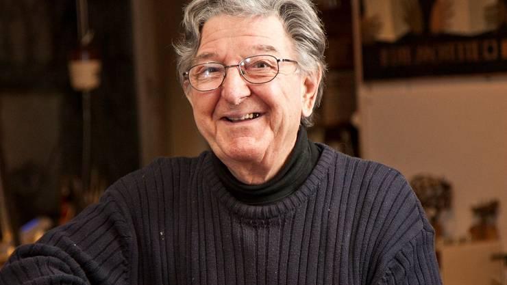 Peter Säuberli in seinem Wohnzimmer, umgeben von Zeichnungen und Goldschmiedarbeiten.