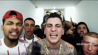 Im Videoclip «Was hast du gedacht» rappt Gzuz über Waffen, Drogen und Frauen. Letztere betitelt er gerne als ‹Schlampen› oder ‹Bitches›.