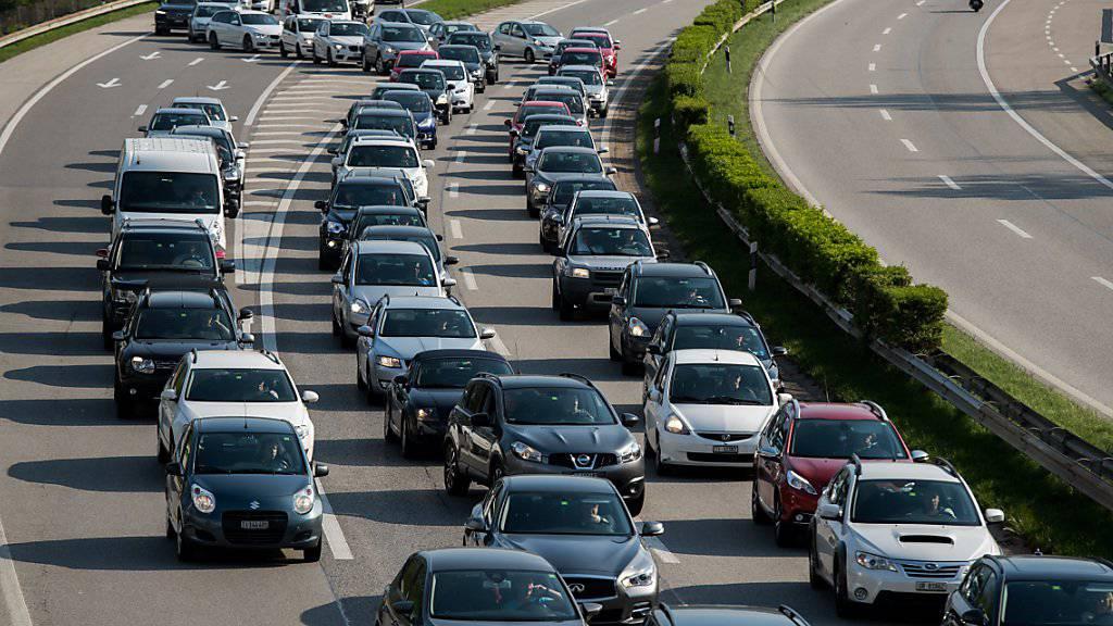 An Auffahrt und Pfingsten wird viel Verkehr erwartet. An den neuralgischen Stellen wie vor dem Gotthard-Nordportal dürfte es zu den üblichen Staus kommen. (Archivbild)
