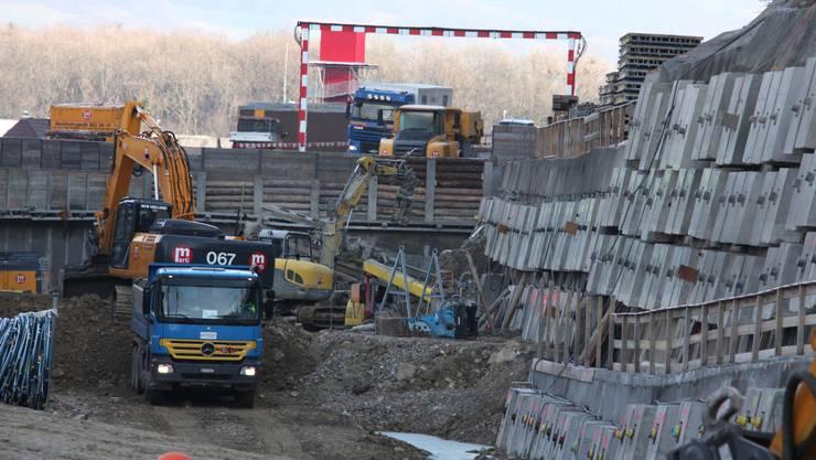 SBB-Grossbaustelle Eppenbergtunnel: Hangeinschnitte und Baugruben für die Tunnelportale.