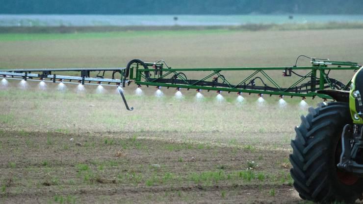 Der Einsatz von Pestiziden in der Landwirtschaft ist mit Risiken für Gesundheit und Umwelt verbunden.