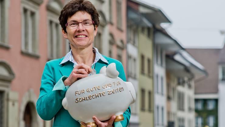 Finanzministerin und Vizeammann Franziska Möhl-Wey präsentierte für das Jahr 2014 ein ausgewogenes Lenzburger Budget; wieder kann symbolisch für schlechte Zeiten etwas ins Sparschwein gelegt werden.