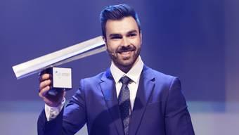 NAB Award 2018: Oliver Hegi freut sich über die Trophäe für den Aargauer des Jahres 2018.