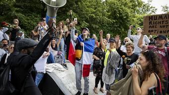 Protest gegen Corona-Massnahmen in den Niederlanden: Trotz Verbot versammeln sich Demonstrierende im Zentrum von Den Haag.