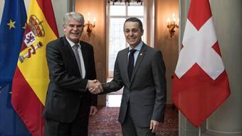 Heikler Besuch: Aussenminister Ignazio Cassis (rechts) begrüsst seinen spanischen Amtskollegen Alfonso Dastis.