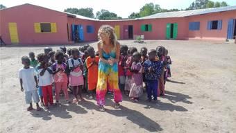 Marielle Furter, Präsidentin des Vereins «kindergardens4senegal», freut sich an der Eröffnungsfeier des neu errichteten Kindergartens gemeinsam mit den Kindern.