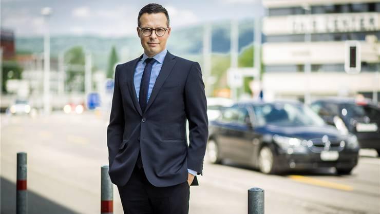 «Ich bezweifle, ob das im Sinne des Erfinders ist»: Kenad Melunovic vor der Kanzlei an der Buchserstrasse in Aarau.