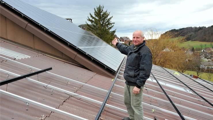 Roland Häner zeigt stolz auf eine der vier Dachflächen, auf der dieSolarpanels bereits installiert sind. Franz Schweizer