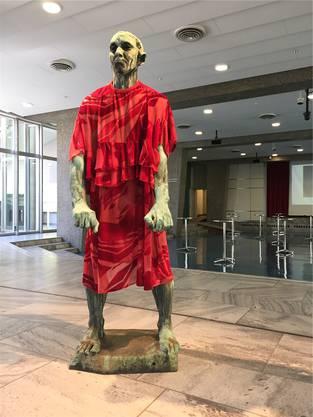 Die Künstlerin Jakob Lena Knebl steckt Rodins «Bürger von Calais» in ein weibliches Gewand.