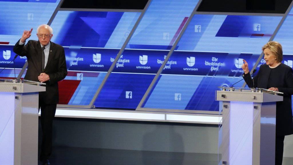 Bernie Sanders und Hillary Clinton während ihrer TV-Debatte am Mittwoch in Miami..