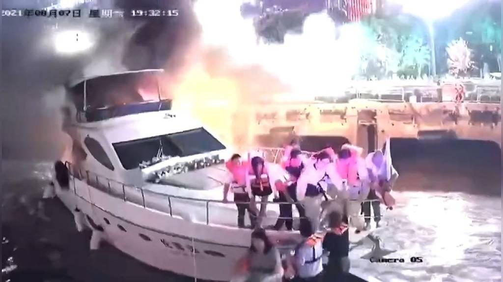 Yacht mit elf Menschen an Bord fängt Feuer