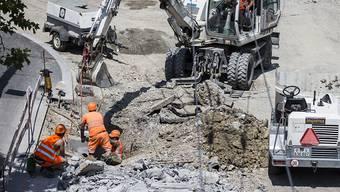 Bauarbeiter arbeiten an einer Strasse. Bald könnte es an der Reinerstrasse ähnlich aussehen. (Symbolbild)
