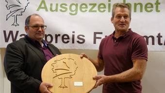 Theo Kern (links), Geschäftsführer WaldArgau, übernimmt aus den Händen von Vizepräsident Wald Freiamt-Lenzburg, Urs Huber, den Waldpreis 2019. Bild: Eddy Schambron
