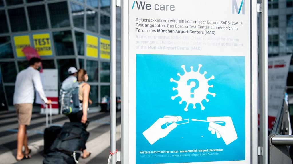 ARCHIV - Ein Schild weist am Flughafen auf die Möglichkeit zur Durchführung von kostenlosen Corona-Tests hin. Für alle Fluggäste werden am Flughafen kostenlose Corona-Tests angeboten. Foto: Matthias Balk/dpa
