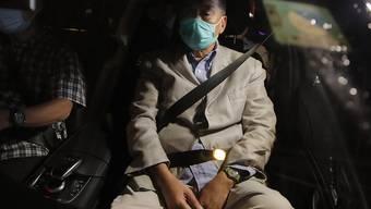 Jimmy Lai (r), Medienmogul aus Honkong, verlässt im Auto eine Polizeistation, nachdem er auf Kaution freigelassen wurde. Foto: Kin Cheung/AP/dpa